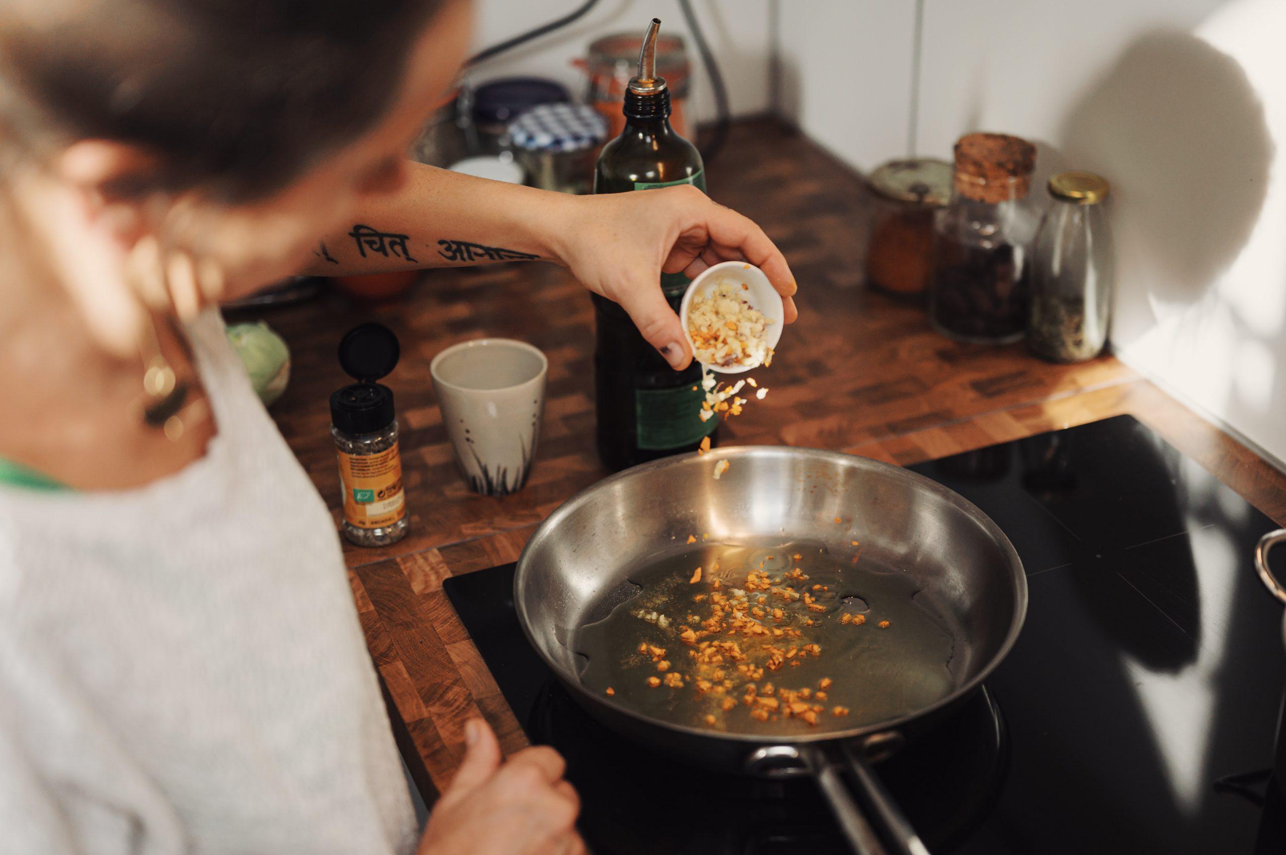 Vrouw kookt op inductie
